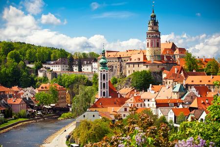 church: Hermosa vista a la iglesia y el castillo en Cesky Krumlov, República Checa