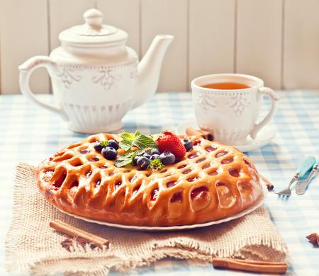 trozo de pastel: Desayuno con pastel de bayas y té