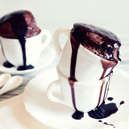 pastel de chocolate: pastel de chocolate con glaseado en la taza blanca