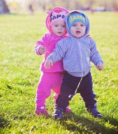 gemelos niÑo y niÑa: gemelos del muchacho y la muchacha al aire libre