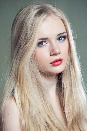 ojos azules: Hermosa chica con ojos azules y el pelo rubio largo
