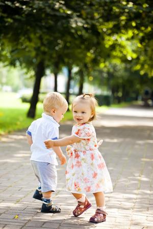 gemelos niÑo y niÑa: El nuevo bebé hermana chico y chica al aire libre