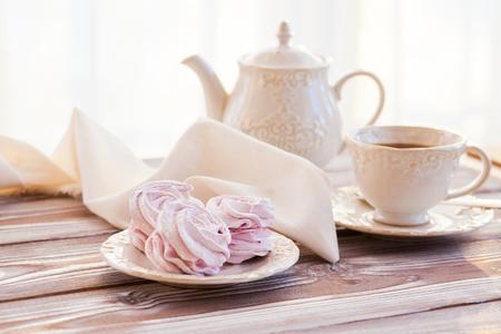 Zephyr and tea in bright kitchen Standard-Bild