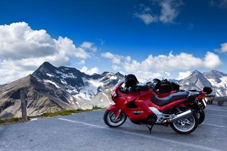 casco moto: Motos en la montaña. Grossglockner Alpen Road.