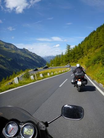 アルプスはモーターサイク リストの視点から 写真素材