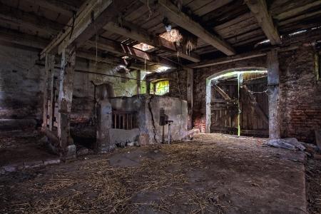 古い、木材、レンガ、放棄された納屋の建設 写真素材