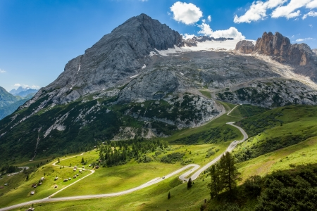 View of the winding, mountain road and the highest mountain in the Dolomites - Marmolada  Standard-Bild