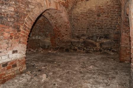老朽化した中世の城の地下牢