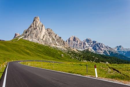 巻きアスファルトの道路 - Giau パス、ドロミテ、イタリア 写真素材