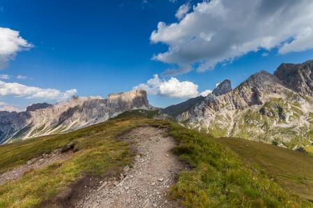 Bergpfade und majestätische Aussicht auf die Dolomiten - Italien Standard-Bild - 25029167