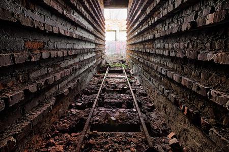 Rostige Schienen in den Ruinen der Ziegelfabrik Standard-Bild - 26105754