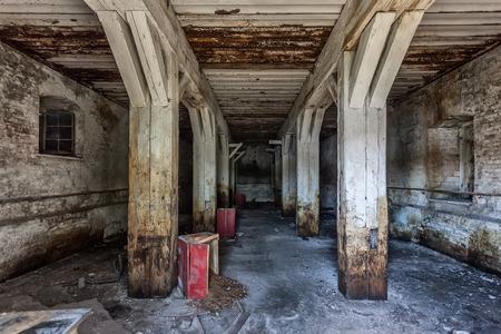 「死んだヴィスワ」川ほとりの古い要塞
