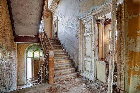 Old, abandoned and forgotten building Standard-Bild