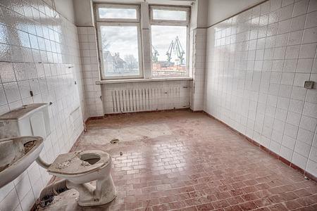 古い台無しにされた建物の内部