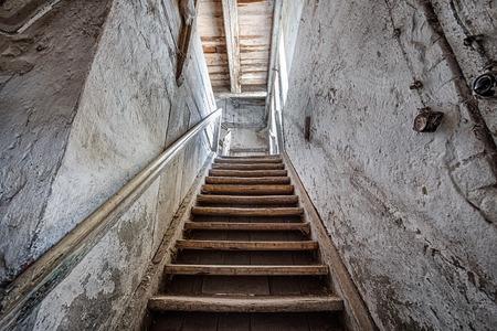 down the stairs: Escaleras viejas en el interior de una casa olvidada