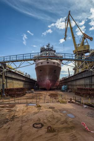 造船所で乾ドックに船の修理 写真素材
