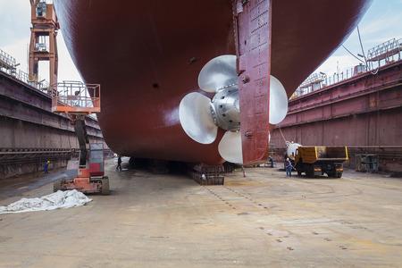 Der neue Propeller auf einem renovierten Schiff montiert Standard-Bild - 42849168