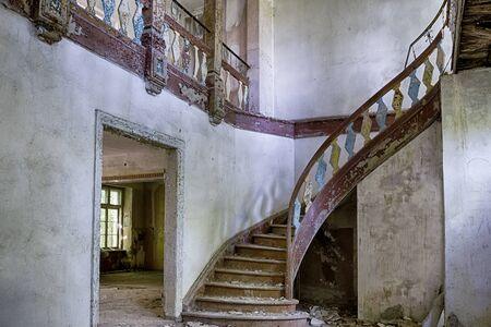 오래 된, 버려진 건물의 내부