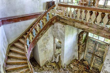 오래 된, 버려진 건물의 인테리어