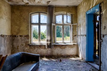 habitacion desordenada: Interior de un antiguo edificio abandonado Foto de archivo
