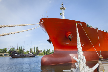 Een civiele schip en het piratenschip
