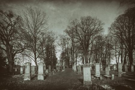 古い写真の歴史的な墓地の衣装を着た