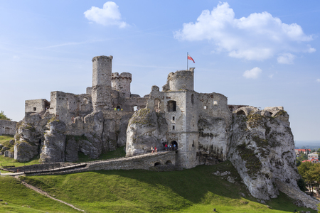 bandera de polonia: Ruinas del castillo Ogrodzieniec - Polonia