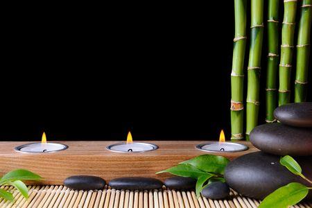 zen steine: Bambus, Zen-Steine und Candlestck auf dem schwarzen Hintergrund
