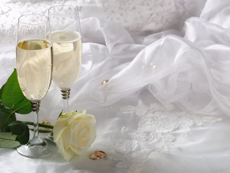 ring wedding: wineglass,rose and gold rings on the dress