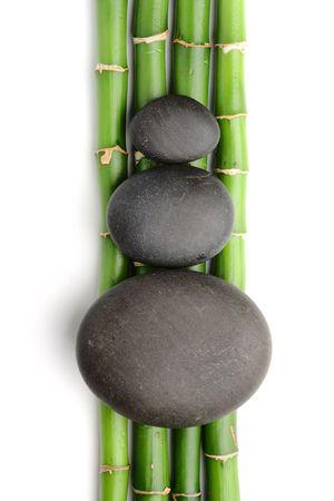 zen steine: Bambushain und Zen stones auf dem wei�en Hintergrund Lizenzfreie Bilder
