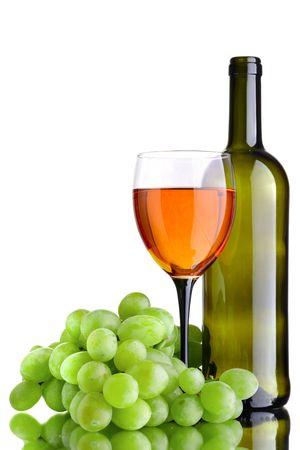 uvas: botella de vino y wineglass sobre el fondo blanco