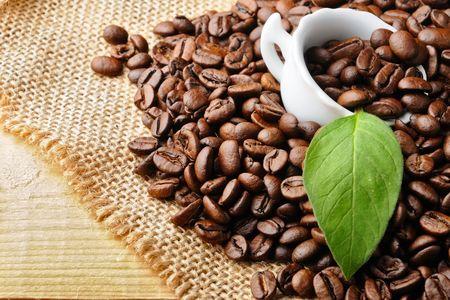 grano de cafe: Copa de blanco con café y granos de café