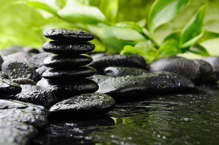 bambu: piedras de basalto después de lluvia  Foto de archivo