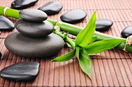 piedras zen: marco de spa con piedras de zen y bamb� Foto de archivo