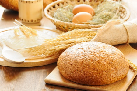 corn flour: sliced bread and wheat on the wooden table