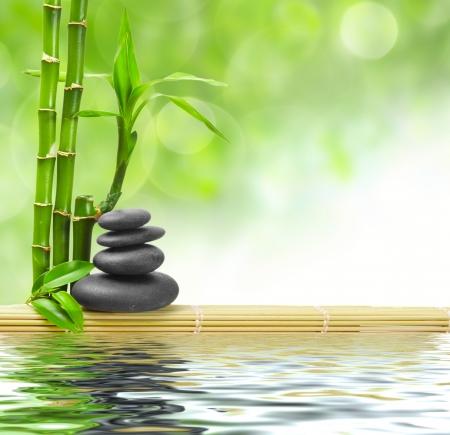 젠 현무암 돌과 대나무 이슬