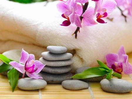 Spa-Konzept mit Zen-Steinen und Blume