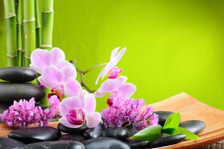 bambu: concepto de spa con piedras zen y orquídea