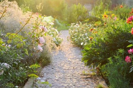 empedrado: carretera en el hermoso jardín
