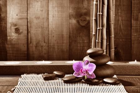 piedras zen: marco Spa de grove de bambú, Rosa orquídeas y negras piedras zen en el fondo de madera viejo Foto de archivo