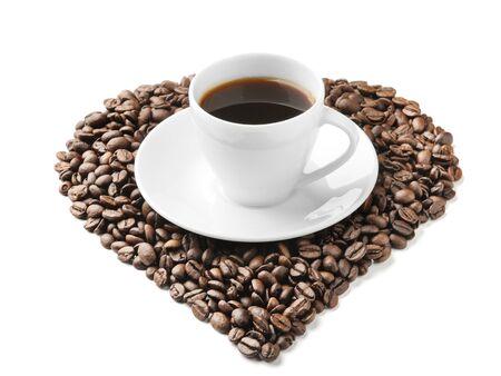 utensilios de cocina: Copa blanca con granos de café en el blanco Foto de archivo