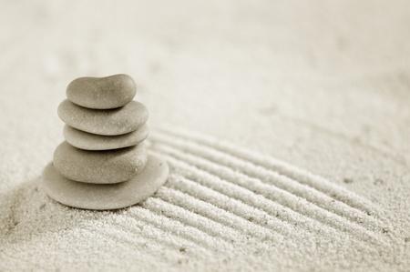 plusieurs pierres zen sur le fond de sable