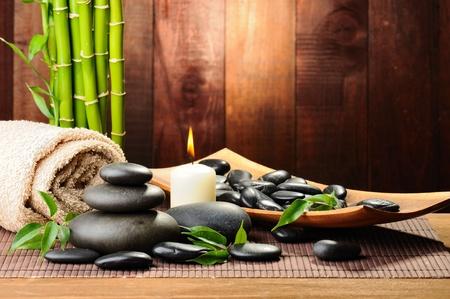Matte: Zen Basaltsteinen und Bambus auf dem Holz