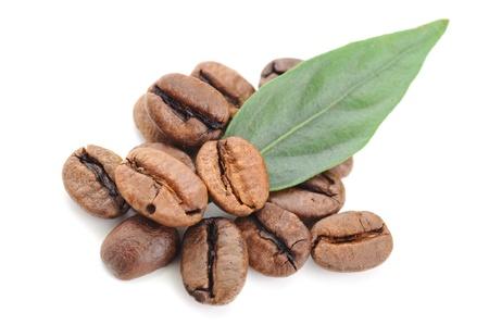 granos de cafe: granos de caf� y hojas aislados en blanco