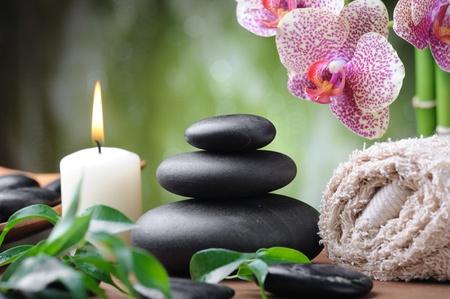 pierres basaltiques de Zen et orchidée sur le bois. Banque d'images