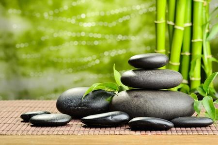 piedras zen: piedras de basalto de Zen y bambú en la madera