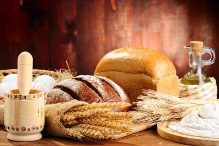 bolsa de pan: el pan y el trigo en el fondo de madera