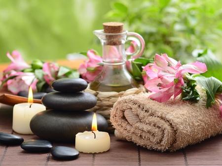 masaje: Zen piedras de basalto y de bambú en el bosque