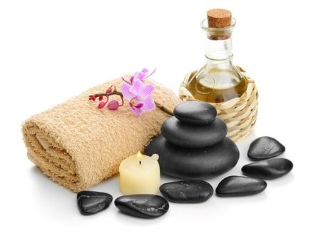massage oil: zen des pierres de basalte et de sel marin sur le blanc