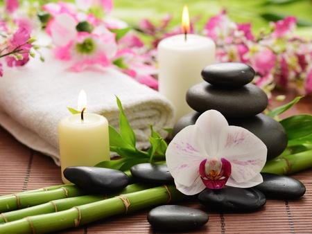 Zen Basaltsteinen und Bambus auf dem Holz